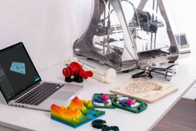 A 3D printing next to a laptop and various creations | ABS plastic 3D printing